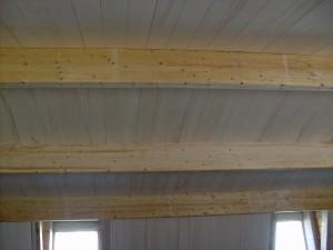 Plafond en lambris sur pannes de lamellé-collé